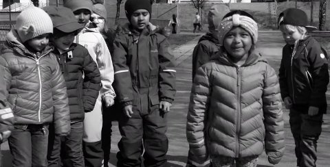 RAPPET PÅ ENGELSK: Abigail (6) og vennene i barnehagen rappet med da Eirik André Hansen lagde rap til dem.