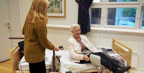 Gode hjelpemidler: Eva Edvardsen tester seng med beinløfter.