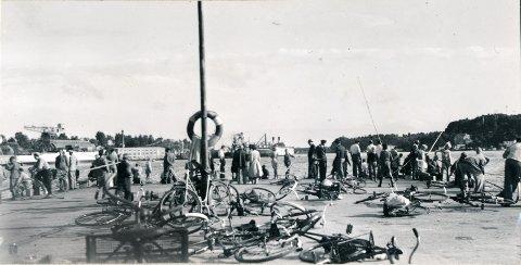 Unger kom syklende for å fiske fra bryggekanten.