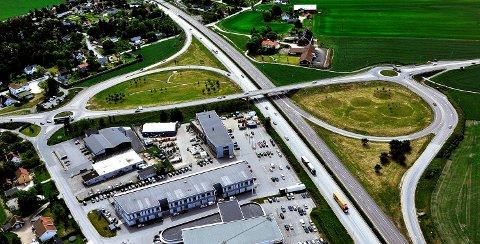 NATTARBEID: Her på Årum kan beboerne få forstyrret nattesøvnen natt til tirsdag. Da skal det foretas boringer for å sjekke grunnforholdene i forbindelse med arbeidet med en reguleringsplan for utvidelse av riksvei 111.