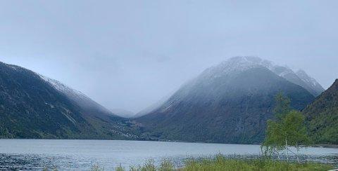 KJØLIG: Snøgrensa kryp nedover fjellsidene, som her med utsyn til Seimsdalen 1. mai. Denne helga blir det endå kaldare.