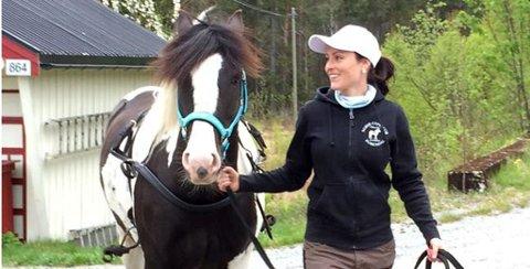May-Britt Hagane er hesteeier, og er glad i dyr, men forteller at hun er livredd for ulv. (privat foto)