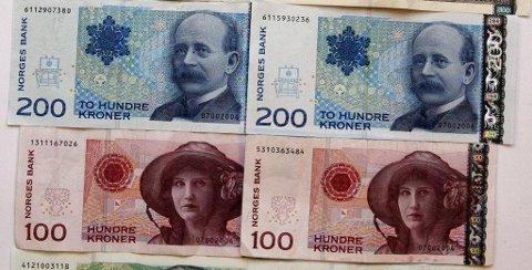 SNART UGYLDIGE: 30. mai er siste dag de gamle 100- og 200-kronersedlene vil være gyldige betalingsmidler. Foto: NTB scanpix Foto: NTB scanpix