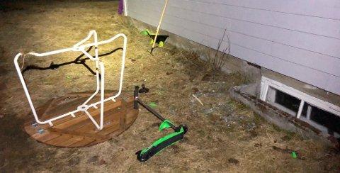 Dette bordet og sparkesykkelen ble kastet mot huset. Det resulterte blant annet i et knust vindu. Foto: Privat