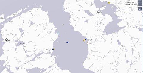 «Svanøy» ligger og venter på å legge til kai i Halsa. Midt på fjorden sees «Rauma», mens ferga «Romsdal» ligger på Kanestraum.