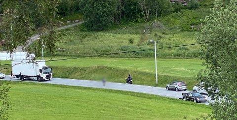 STAKK AV: Etter et mindre trafikkuhell på Averøy stakk en av førerne av. Tidens Krav vet ikke om det er personen på bildet, som vi har valgt å tilsløre, som har vært involvert i ulykken.