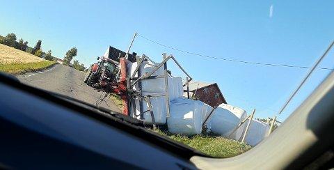 UHELDIG: Denne traktorhengeren veltet mandag formiddag.