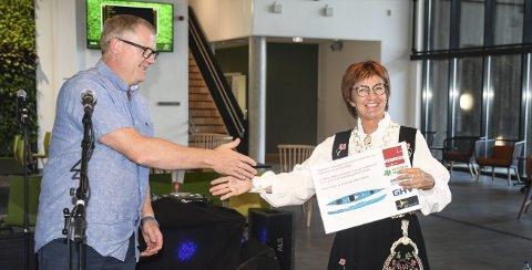 Blide fjes: Ole Morten Sundsdal fra Tvedestrand er avdelingsleder i Veidekke, og overrakte en gave fra entreprenøren til ordfører Marianne Landaas.