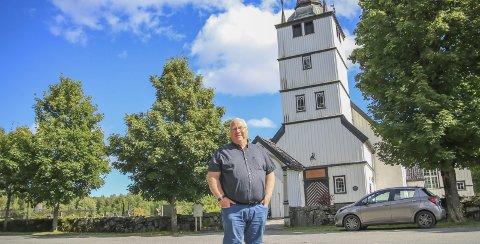 I startgropa: Kirkeverge i Tvedestrand, Harry Stiansen, har jobbet med det store renoveringsprosjektet på Holt kirke i lang tid. Nå kan arbeidet endelig snart starte.   Foto: Marianne Stene