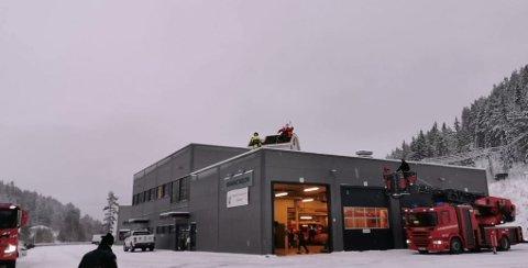 God utsikt: Her sitter nissen sjøl på taket på et lite hus oppå taket til brannstasjonen på Fagernes sammen med en «brannmann».
