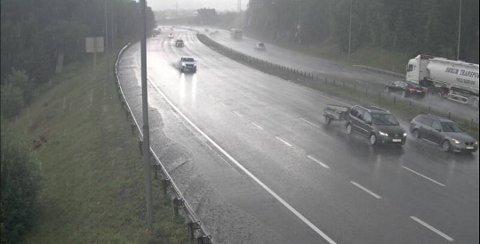 ADVARER: Regnværet som nærmer seg Romerike søndag morgen kan skape farlige situasjoner på veien. Slik så det ut på E6 Djupedalen tirsdag hvor flere biler valgte å stoppe langs motorveien på grunn av mengden med vann i veibanen.