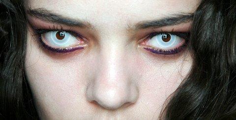 Vil du se skummel ut til halloween anbefaler optikeren noe annet enn morolinser. For det kan bli skummelt for øynene. Foto: Anthea Simms (Camera Press)
