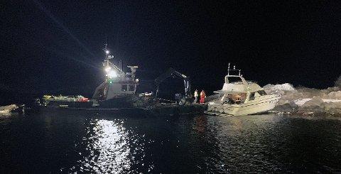 BLE TAUET BORT: Båten hadde store skader etter å ha gått på grunn utenfor Drøbak i mars.
