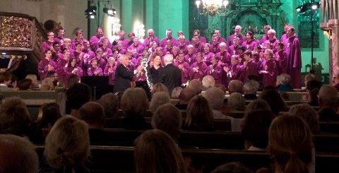 RØRT TIL TÅRER: Arve Tellefsen ble rørt til tårer, og dirigent Bjørn Moe nesten religiøs av Marilyn Brattskars fantastiske flygelstunt.