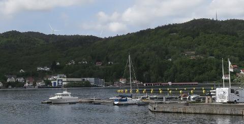 FRA GANGBROEN: Fire turbiner vil være delvis synlige fra gangbroen i Flekkefjord. De nærmeste turbiner står ca. 3.6 km unna. Foto: John A. Lund, Norsk Vind Energi AS. Visualisering: Anne H. Simonsen, Meventus AS.