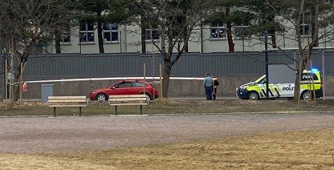 PÅ TAKET: Bilen fraktet flaggstanga på taket.