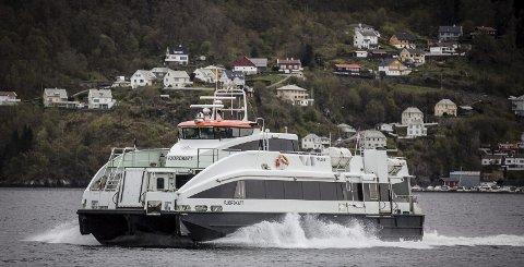 POPULÆR: Hurtigbåten mellom Knarvik-Frekhaug-Bergen får stadig fleire passasjerar, men for å få fleire avgangar må talet på passasjerar opp ytterlegare. For å få det til meiner Meland-politikar Nils Marton Aadland (H) at korrespondanse med buss er avgjerande. Arkivfoto: Morten Sæle