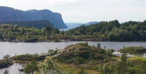 UTSIKTA: Dette er ei av utsiktene som den nye dagsturhytta i Hyllestad kommune skal ha. Vatnet på bilete er Storefjordvatnet.