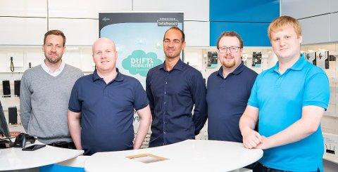 TILSETTE: Sondre Venås, Geirmund Viken, Daniel Levy, Marius Hauge, John Blaalid på IT-KOM AS sitt lokale på Øyrane i Førde.