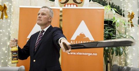 Egglikør og sverd:  Hans Jørgen Lysglimt Johansen gjør som sitt forbilde Anders Lange, skåler med egglikør og svinger vikingsverdet. – Lange spritet opp politikken, jeg ønsker å gjøre det samme, sier han.