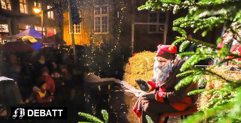 – Gamlebyen har ekstra god julestemning med trange gater, brosten og et flott juletre, skriver Nina Solli. Søndag ble juletreet tent i regnvær – også det med god oppslutning.