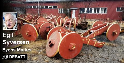 Råtne lavetter: Her på Mineberget har den ene Gamlebyen-kanonen etter den andre blitt plassert de siste årene. Lavettene, understeller av treverk, har ikke tålt vær og vind. Bilde fra april i år. Foto: Geir A. Carlsson
