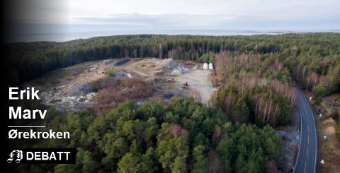 Pukkverket: Området der det er planlagt pukkverk ligger ved tunnelåpningen på Kirkøy, tett opp mot Ørekroken, havet og nasjonalparken. Erik Marv skriver at plast ved nordlige vinder vil føres ut i nasjonalparken. Foto: Erik Hagen