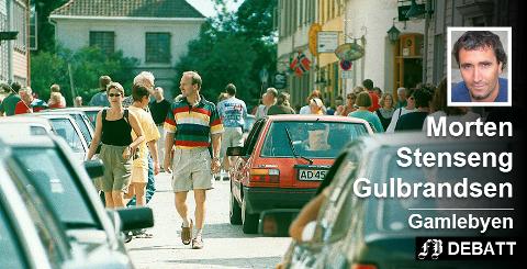 Vanskelig å være bilist i Gamlebyen: – Mange spør seg nok om de har kjørt rett inn i en gågate - og hvor i all verden er parkeringsplassen? Arkivfoto: Thor-Arild Hansen