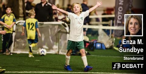 – Vi har over flere år forsøkt å få til en løsning med idretten, skriver direktør Enza M. Sundbye. Hun regner fortsatt fotball som aktuell aktivitet, og ønsker da at flere skal bruke hallen og at den må brukes større deler av året. Bilde fra barneturnering.