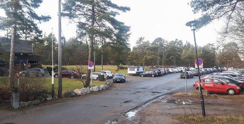 Stenges: Denne parkeringsplassen øverst i Åsebråtveien stenges fullstendig for trafikk i to uker fra 10. februar.