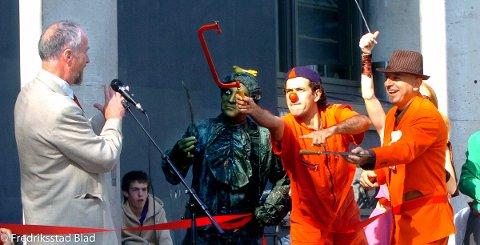 """Gatefestivalen """"Folk i gata"""" i Fredrikstad: Ordfører Ole Haabeth får hjelp av både gjøglere og klovner til å foreta den offisielle åpningen av festivalen. Foto: Jan Erik Skau, 11.05.2006"""