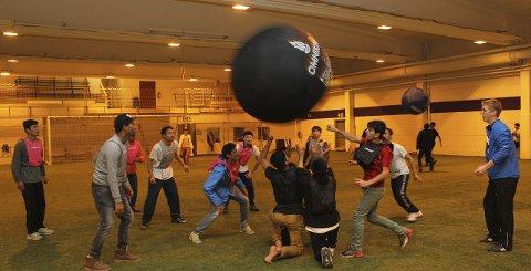 Glede: Ungene på Haslemoen viste glede på tvers av grenser og språk da de fikk prøve Kin-ball i kanonhallen. Bilder: Kenneth Mellem