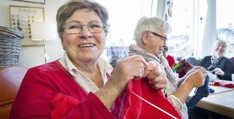 STRIKKEGLEDE: Rødt hører julen til. Unni Schau Ilagsmoen strikker på et lite babypledd som skal gis til prematurbarn på Ullevål sykehus når det er ferdig. I bakgrunnen Marry Rudberg, nærmest, og Wenche Kristine syversen.