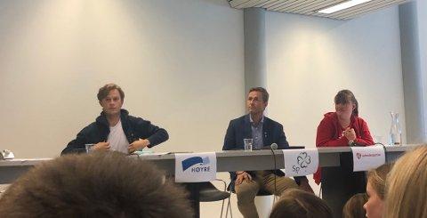 PANELET: Even Karlsen Trontveit fra Høyre, Andreas Ensrud fra Senterpartiet og Vilde Gjesdal fra Arbeiderpartiet deltok i debatten på Lunner ungdomsskole.