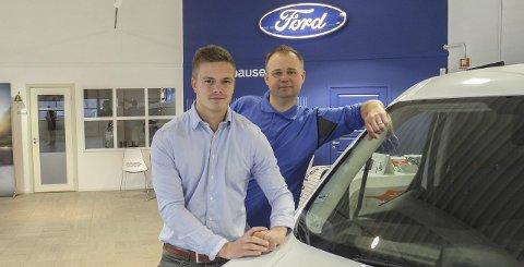 FORDGUTTA: – Vi trives i Halden Bilsenter etter en turbulent periode med konkurs i CE-Auto i våres, sier Ole-Fredrik Bjerkeli og Marius Olsen.