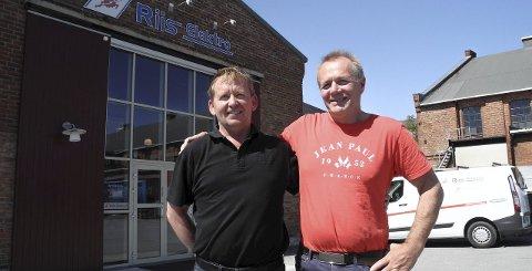 Gamle kamerater: Morten Andersen (tv) og Kim Knigge valgte samme yrke som elektrikere. Nå er de deleier i Riis Elektro AS.foto: jan erik sørlie