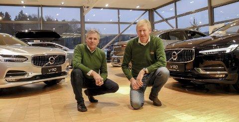 NYE BILER: Volvo selger mest nye personbiler i Halden, men i år måtte Jensen & Scheele Bil se seg slått av Volkswagen i det totale nybilsalget. – Vi tenker ikke så mye på å slå Dahles Auto eller andre forhandlere. For oss gjelder det å nå våre mål og konkurrere med oss selv, sier Roger Jensen og Arne-Henning Scheele. Foto: Jan Erik Sørlie