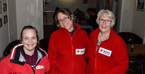 BLIDE DAMER: Simone Eilertsen, Camilla Bakke og Ragnhild Kruse forteller at det er rundt 20 mennesker å Røde Kors-huset hver onsdag.