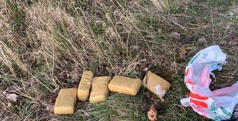 MISTENKELIG: Disse fem pakkene ble funnet i skogområdet mellom BRA-veien og Blokkveien ved Gimle skole. – De inneholder ikke narkotika, bekrefter krimsjef i Halden, Mona Bergseth.