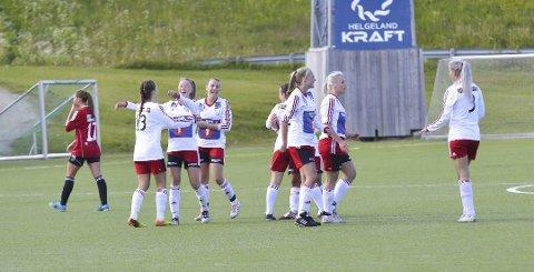 JUBEL: Halsøy-jentene jubler etter at de vant 3-2 over Bossmo & Ytteren tirsdag kveld. De kunne juble over tre poeng, og passerte dermed Bossmo & Ytteren på tabellen.   FOTO: GØRAN O. PEDERSEN