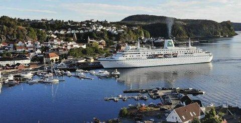 """SKIPSANLØP: Cruiseskipet """"Deutchland"""" var blant fartøyene som anløp en av havnene i Kragerø i fjor. Det var imidlertid lasteskip sto for de aller fleste av de 680 anløpene i fjor. (Arkivfoto: Davis J. Jensen/Oslo Webdesign)"""