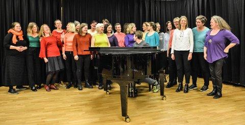 FARGERIKE DAMER: Sangerne som utgjør Acta Musicae øver i musikklinjas lokaler på Kongsberg videregående skole.