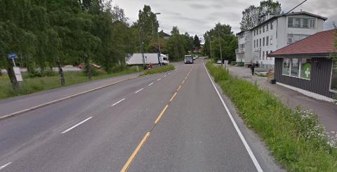 FOTGJENGER: Å krysse den trafikkerte Strømsveien er en naturlig del av en populær tursti, og derfor er det mange som ønsker seg en fotgjengerovergang i området.