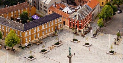 Kommunedirektøren anbefaler plassering ved Hornemangården, der personen i gul jakke står, i stedet for på hjørnet av Matzowgården, der Sot Sabrura i dag har uteservering.