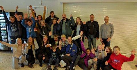 Her er Skittenelv Musikkorps på flyplassen på vei til Svalbard. Foto: Privat