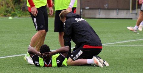 NEDE FOR TELLING: Mushaga Bakenga får behandling på Alfheim onsdag av fysisk trener Juha-Jaakko Ulvila. 27-åringen mener lyskeproblemene blusser opp igjen hver gang han trener på Alfheim-underlaget.
