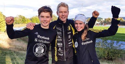 TRE BLAD: Mathias (t.v.), Jonas og Malin Hoelsveen var alle med i NM i terrengløp i Skien - og kunne juble over Malins NM-gull etterpå.