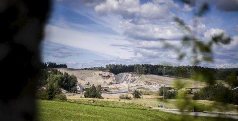 SÅR: E18-utbyggingen skjærer seg gjennom landskapet på Elvestad i Hobøl kommune. Her finner man også et massedeponi.