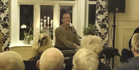 INTIMT: Per-Erik Hallin er tilbake i stua til familien Orset i Kråkstad for å holde huskonsert.