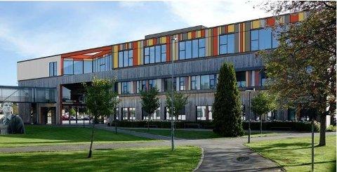 UTVIDELSE: Slik skal påbygget på F-blokken på Ås videregående skole bli seende ut. Den er ventet ferdig til skolestart 2019. Illustrasjon: LMR Arkitekter